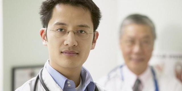 Перед врачом-мигрантом распахивают двери